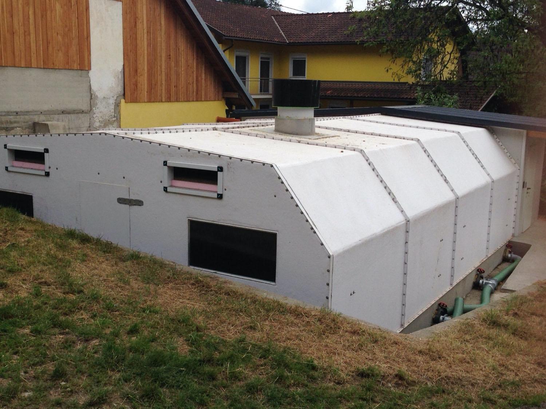 Capannone modulare in vetroresina coibentata progettato per ospitare suinetti da svezzamento