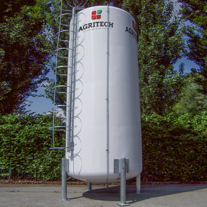 Cisterna in vetroresina con supporti per prodotti liquidi